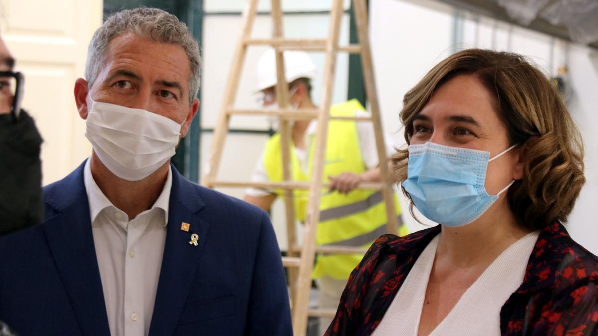 El 'conseller' de Educació, Josep Gonzàlez-Cambray, y la alcaldesa de Barcelona, Ada Colau, en una visita al colegio Mossèn Jacint Verdaguer de Barcelona.