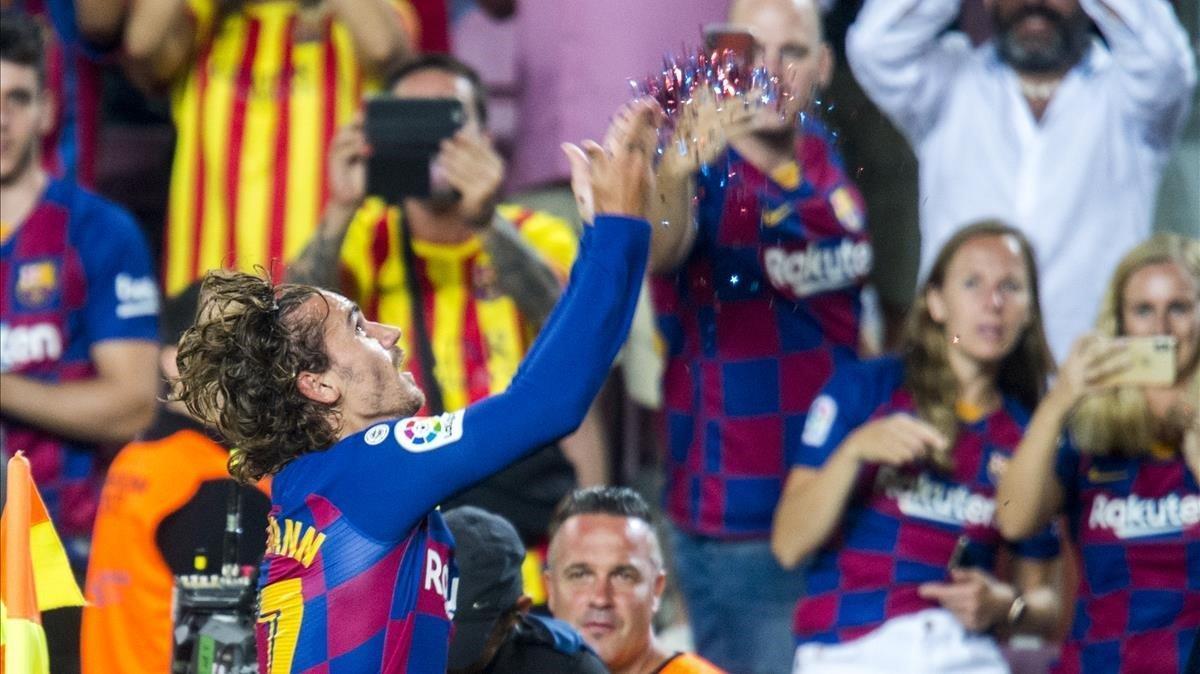 Griezmann lanza los confetis tras marcar el 2-1 al Betis.