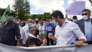 Ellíder del partido de extrema derecha portugués,Andre Ventura, en el centro de la imagen, en una manifestación en Lisboa el pasado mes de junio.