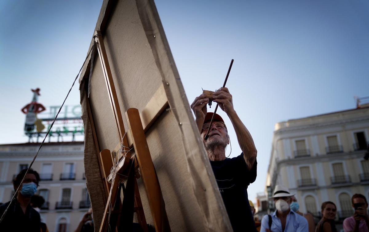 El pintor Antonio López crea una de sus obras en la Puerta del Sol.