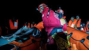 Open Arms salva a un centenar de inmigrantes en el mar en una nueva operación.