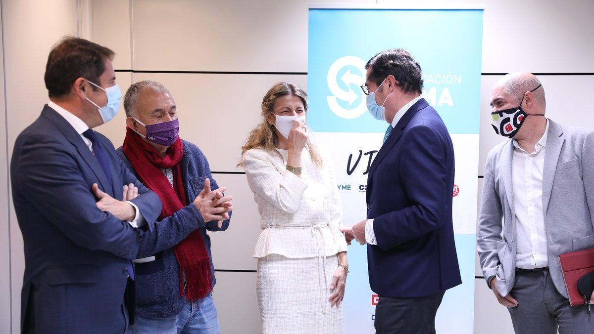 La ministra de Trabajo, Yolanda Díaz, junto a Gerardo Cuevas (izquierda, Cepyme); Pepe Álvarez (centro izquierda, UGT); Antonio Garamendi (CEOE, centro derecha) y Unai Sordo (derecha, CCOO).