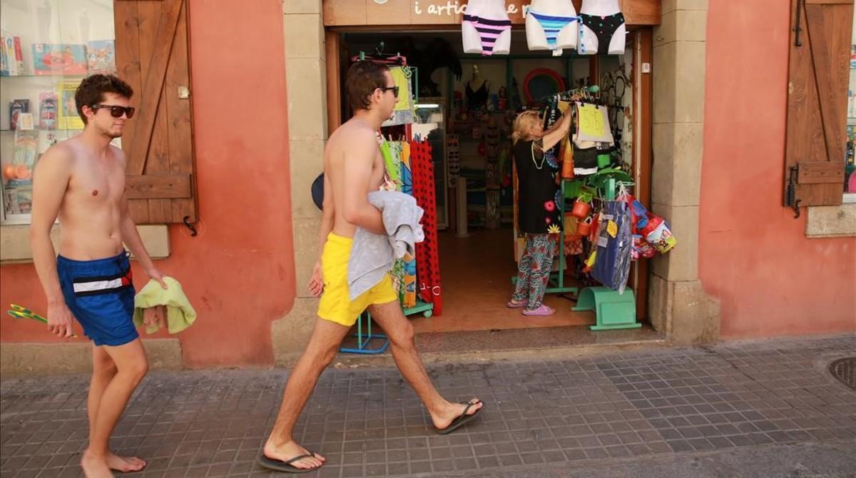 Unos turistas, de compras en la Barceloneta.