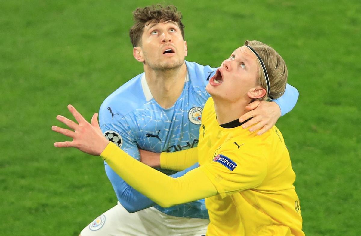 Erling Haaland, a la derecha, salta por un balón junto a John Stones, en el Borussia-City de ayer en Dortmund.