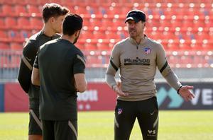 El técnico del Atlético Diego Simeone charla con sus jugadores durante un entrenamiento.