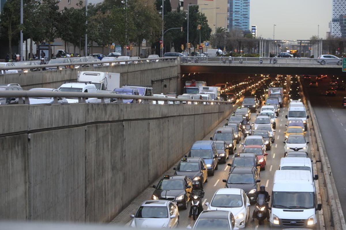 Retenciones de tráfico en la plaza de Cerdà.