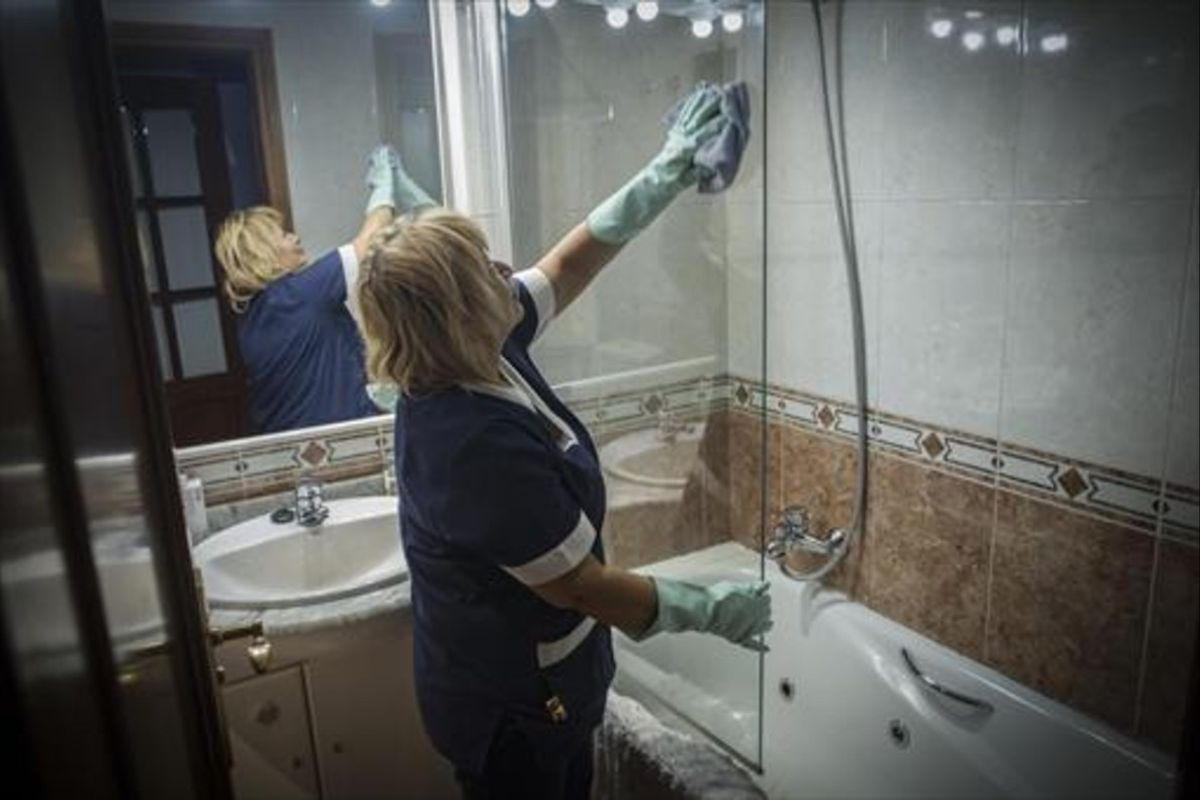 Una trabajadora de la limpieza en un domicilio particular.