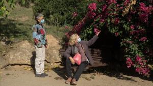Las vecinas Anna y Pilar, este martes enel jardín de Penitents.