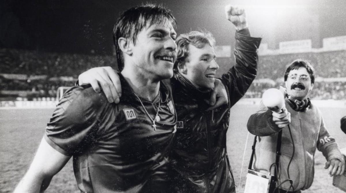 Migueli y Archibald celebran la clasificación del Barça tras empatar en Turín frente a la Juventus (1-1) en 1986.