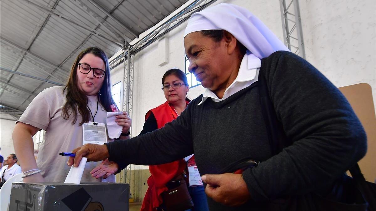 Votación en un colegio electoral de San Salvador.