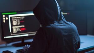 Un 'hacker' manipula un ordenador para interntar perpetrar un ciberataque.
