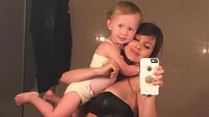La esposa de Alec Baldwin,Hilaria, con su hija Carmen.