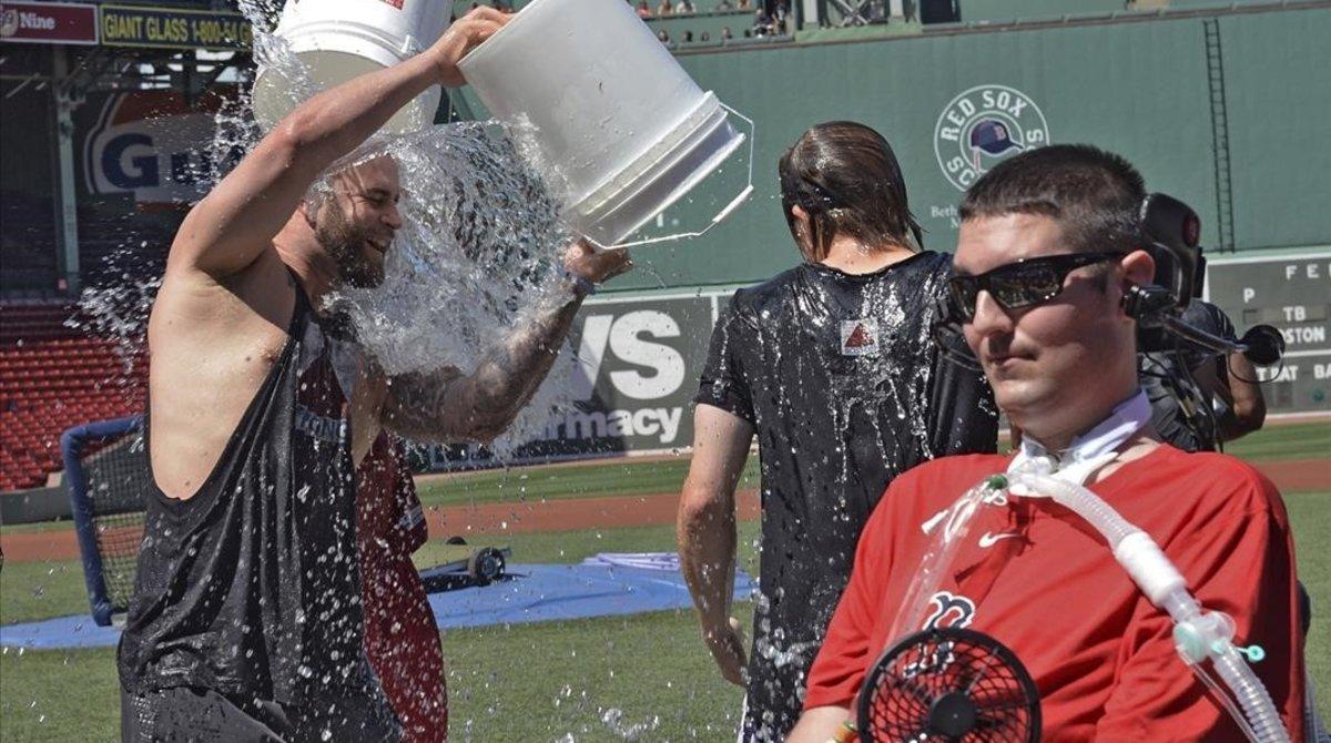 Pete Frates, ya muy enfermo, relanzó el reto en el 2015.
