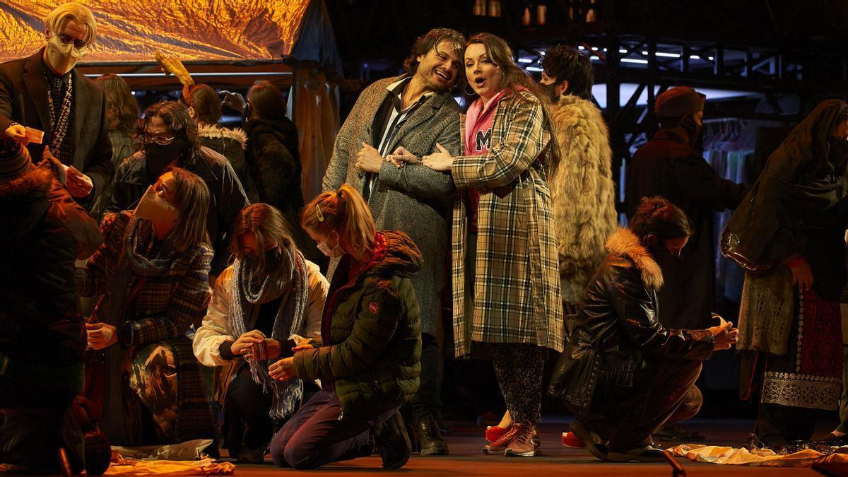 Escena de 'La boheme' de Puccini en versión de Àlex Ollé, en el Liceu.