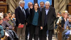 Pasqual Maragall reaparece en el Ayuntamiento durante un acto conmemorativo del 40 aniversario de los ayuntamientos democráticos. En la foto, la alcaldesa de Barcelona, Ada Colau, acompañada por los exalcaldes Pasqual Maragall, Narcís Serra, Joan Clos y Xavier Trias.