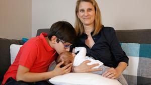 Maria Baro, con su hijos Joan y Elle, en el comedor de su piso.