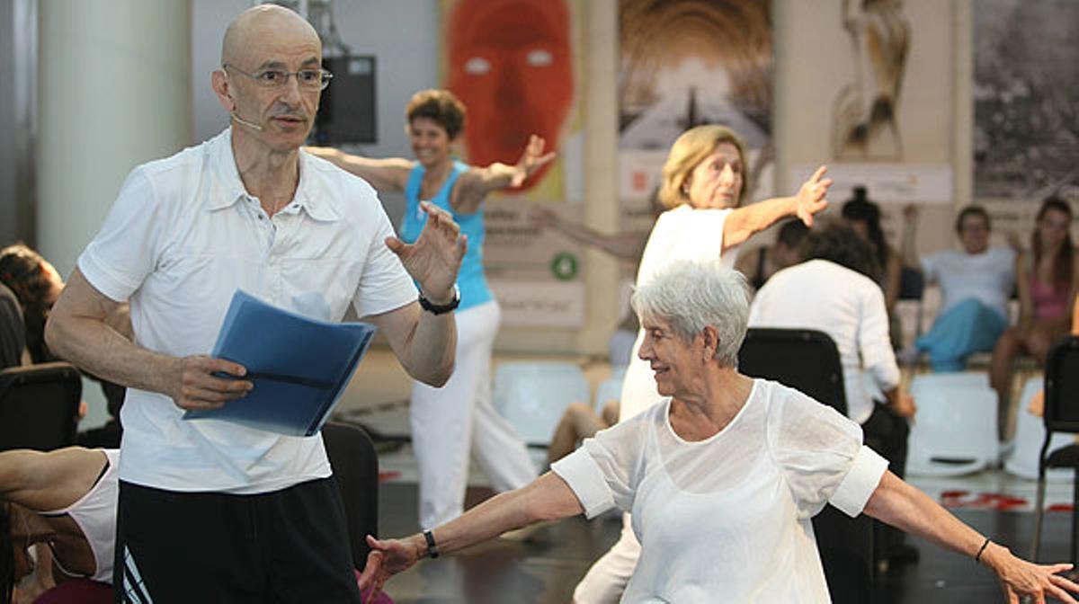 Cesc Gelabert dirige 'Memòries corporals', una coreografía con personas mayores y aficionadas a la danza.