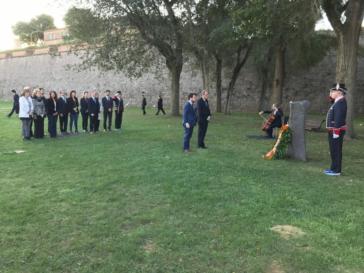 El presidente, Quim Torra, y el vicepresidente, Pere Aragonés, con el resto del Govern en la ofrenda a Lluís Companys.