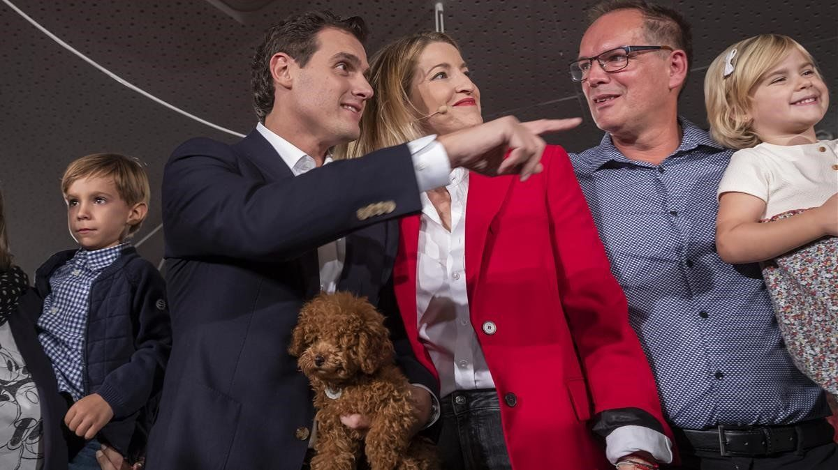 Rivera al acabar este martes un acto en València con un perro como Lucas, con el que grabó su video previo al debate