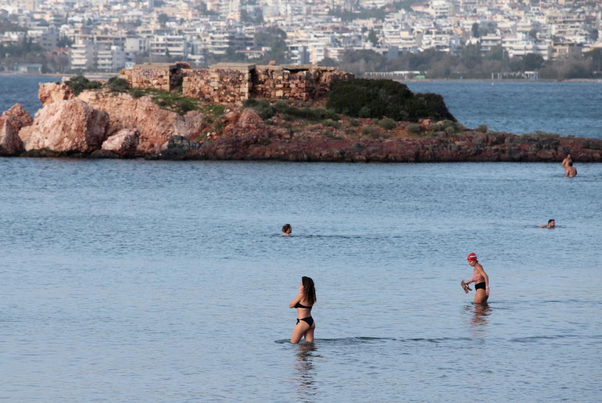 Una onada de calor treu els grecs del confinament