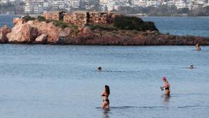 Gente bañándose en la playa en Grecia durante la ola de calor de este Año Nuevo