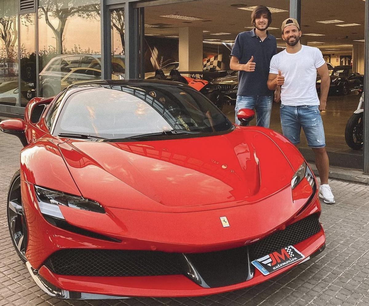 El 'Kun' Agüero y su nuevo Ferrari SF90 Stradale.