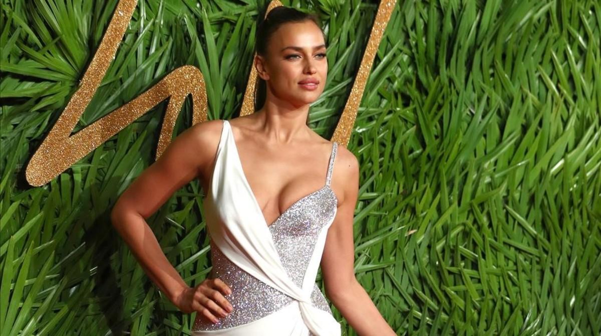 La supermodelo rusa Irina Shayk posa a su llegada a los Premios de la Moda Británica.