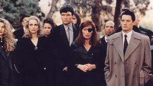 Los personajes de 'Twin Peaks' casi al completo, con el agente Cooper (Kyle MacLachlan) a la derecha.