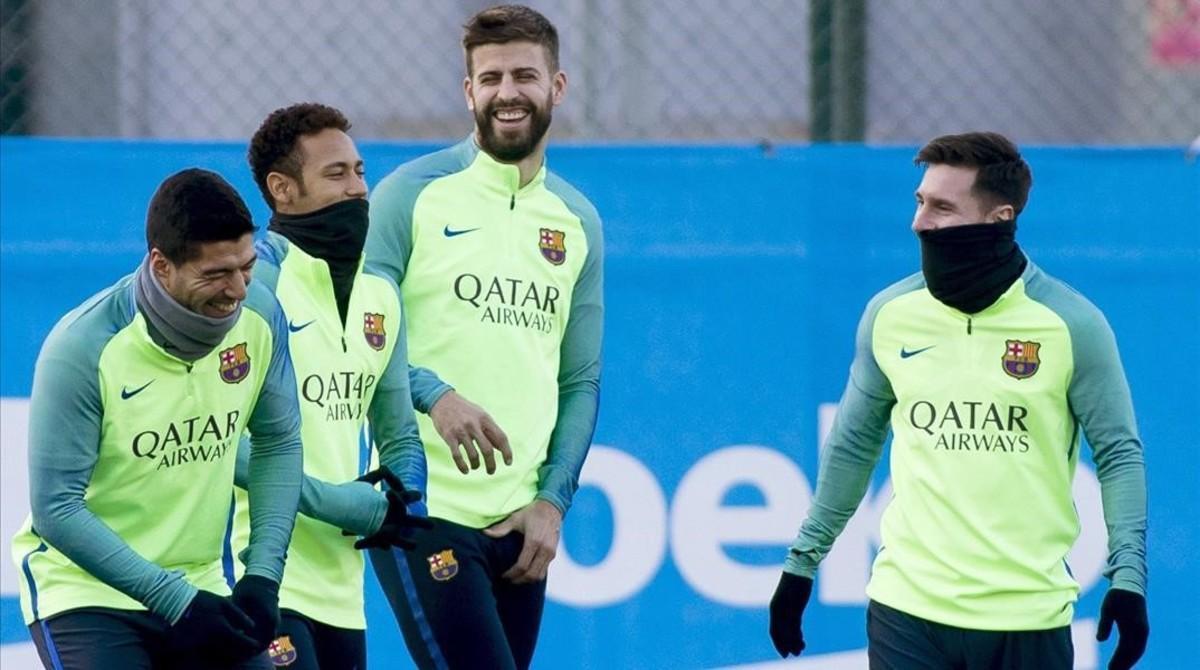 Suárez, Neymar, Piqué y Messi se divierten en el entrenamiento previo al viaje a Sevilla.