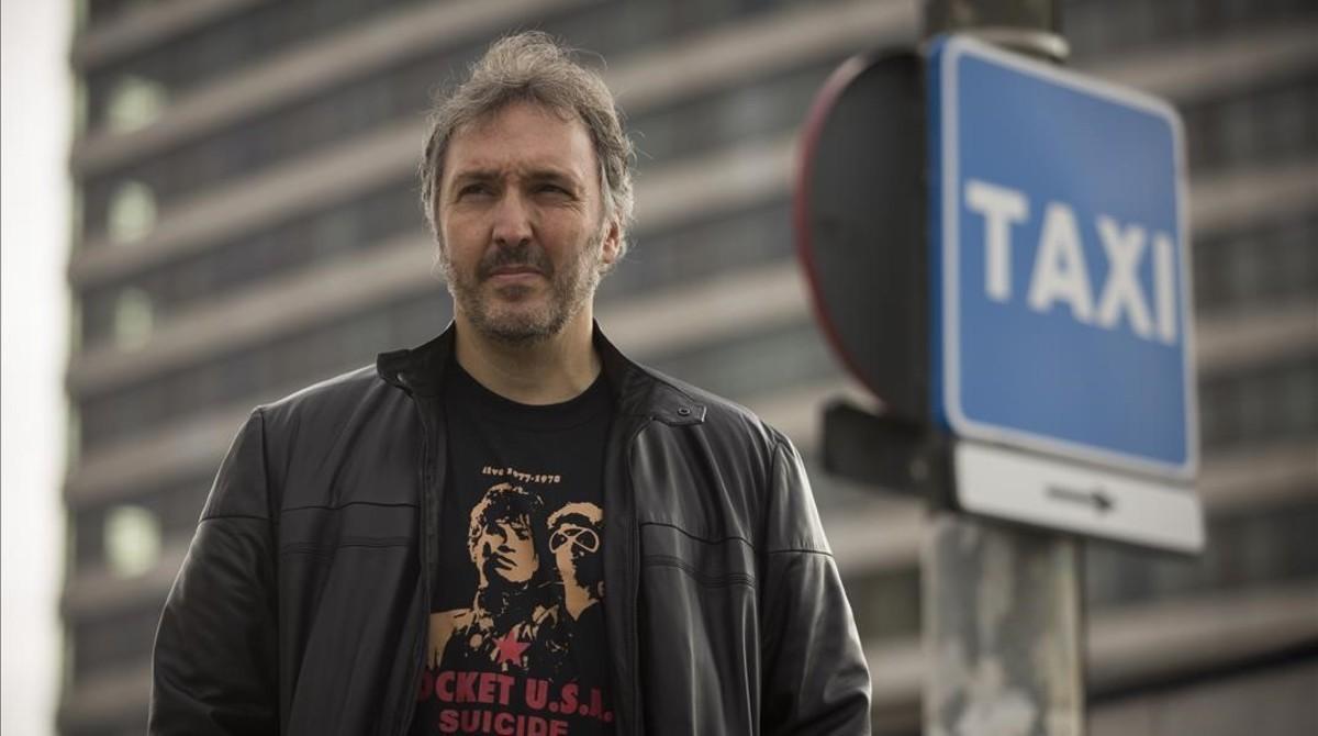 Carlos Zanón, esperando un taxi.
