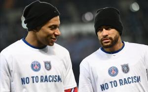 Mbappé y Neymar, con camisetas antirracistas, al inicio de la reanudación del partido suspendido el martes.