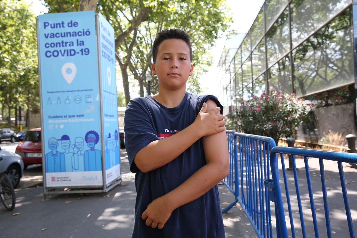 Leopold Sust, de 12 años, tras recibir la primera dosis de la vacuna anticovid en la Fira de Barcelona.