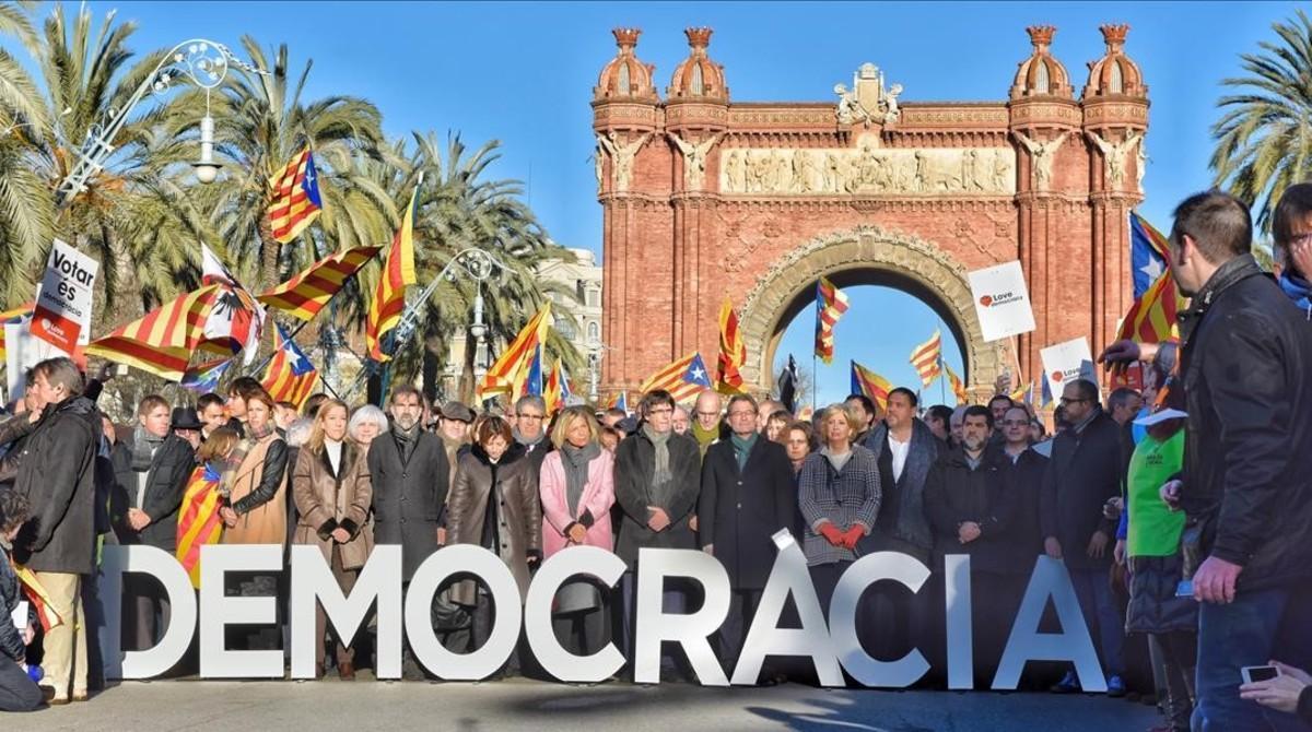 Artur Mas, Joana Ortega, Irene Rigau, junto al 'president' Puigdemont y los representantes de las entidades soberanistas, en el passeig Lluís Companys.