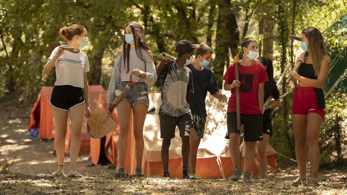 Jóvenes participantes en las colonias de El Periódico y Fundesplai en Vilanova de Sau.