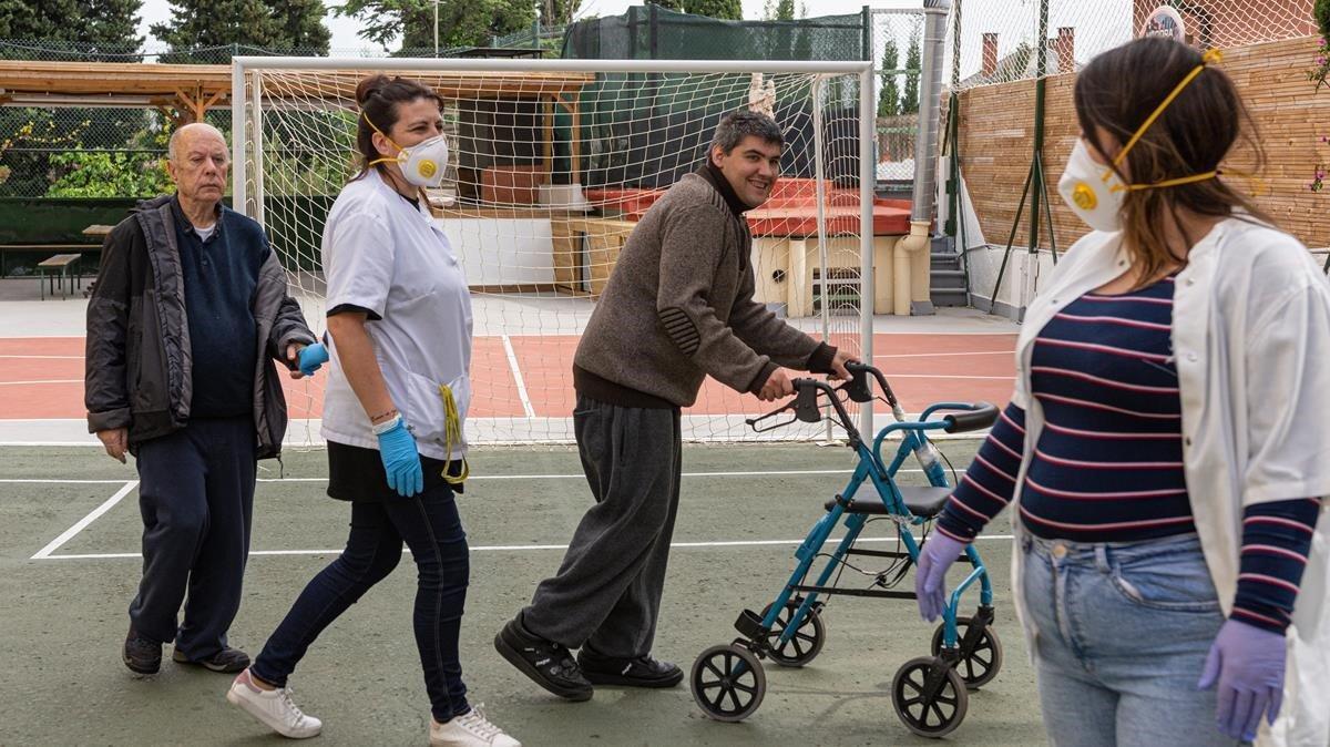 Residentes y cuidadores de la residencia Albatros de personas con discapacidad intelectual, gestionada por la fundación Esmen, en Barcelona.