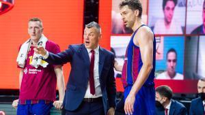 Jasikevicius habla con Gasol, durante la final de la Euroliga.