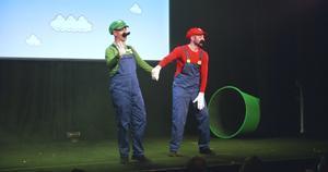 Los hermanos Luigi y Mario, dos famosos de los vídeojuegos ochenteros que aún son populares.