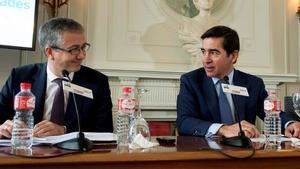 El gobernador del Banco de España, Pablo Hernández de Cos, en los cursos de la UIMP en Santander. En la foto, junto al presidente del BBVA, Carlos Torres Vila.