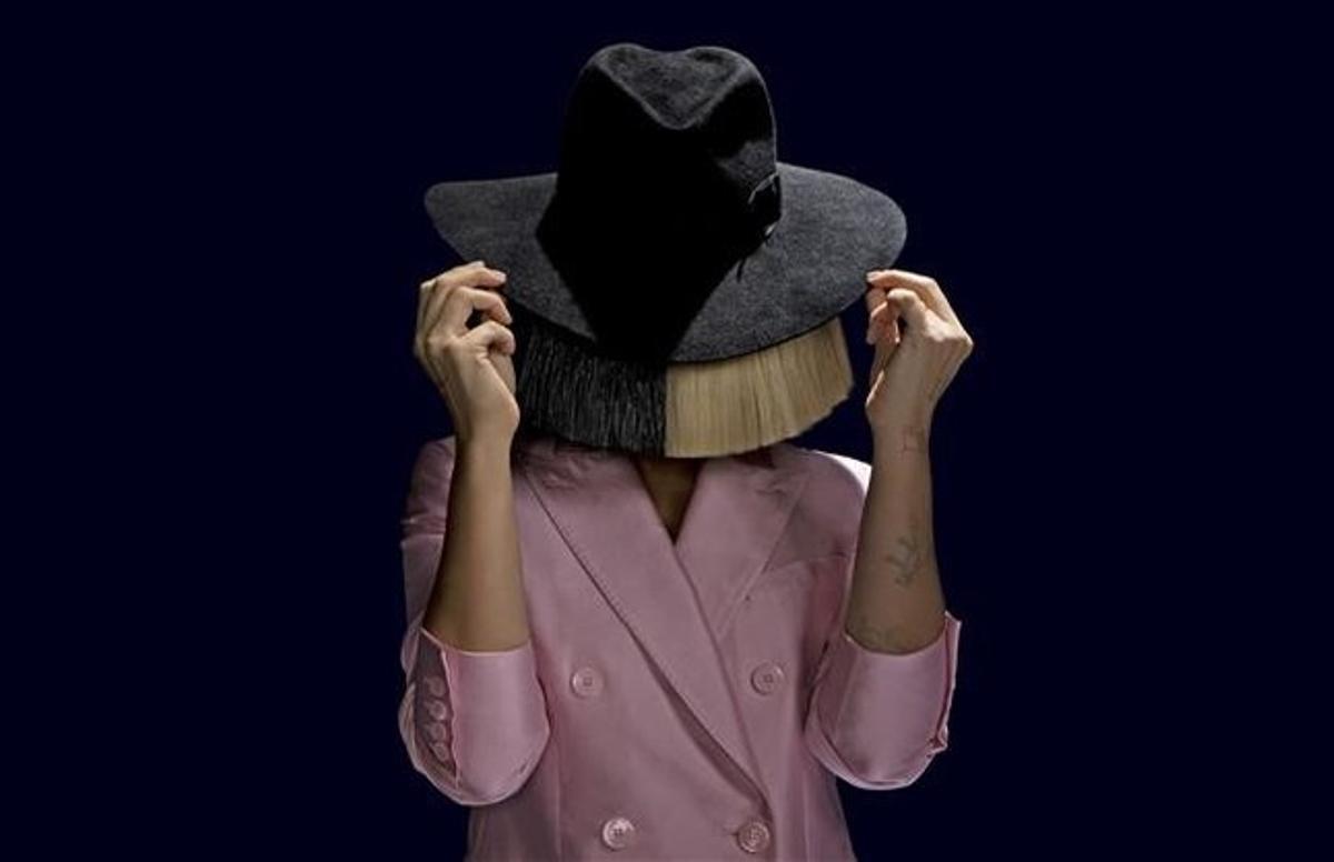 La cantante y compositora Sia, oculta tras un sombrero y una peluca bicolor.