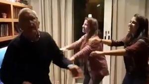 L'emotiu vídeo d'un avi amb Alzheimer ballant a la Nit de Nadal amb les seves netes: «El poder de la música»