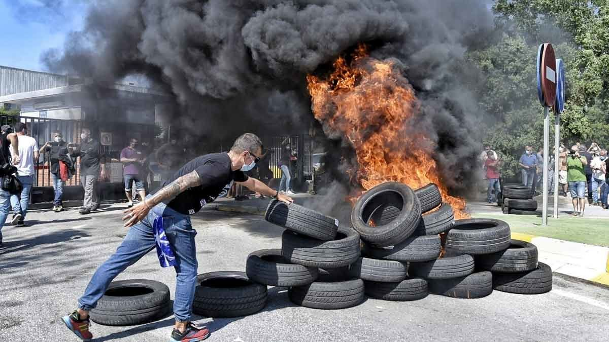 Quema de neumáticos frente a la planta de Nissan en la Zona Franca de Barcelona.