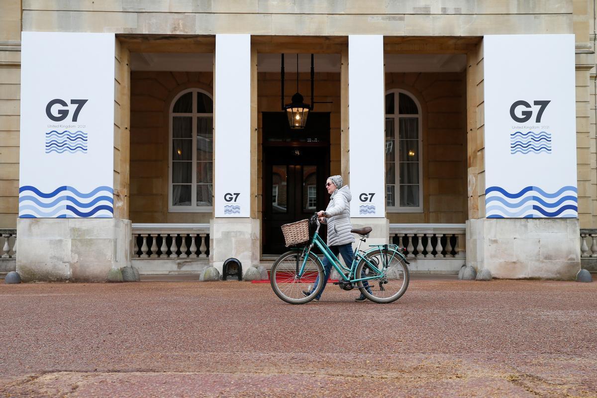 Una joven pasa por delante de Lancaster House, sede de la cumbre del G-7 en Londres.