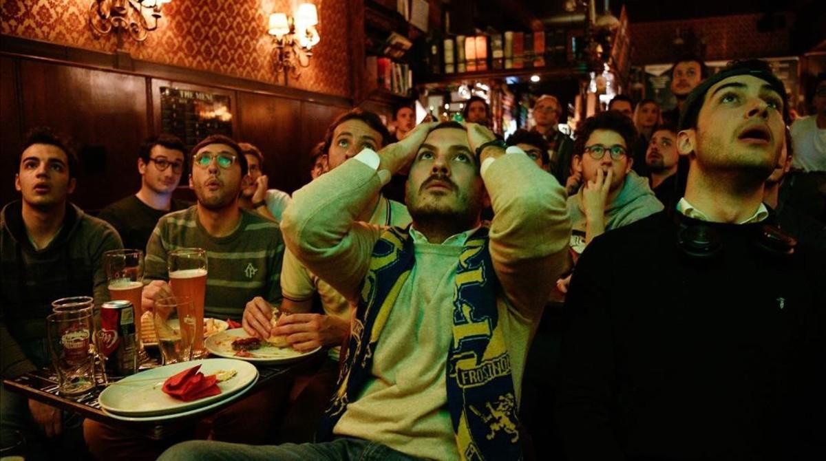 Aficionados italianos siguen en un bar de Milán el partido en el que Italia quedó fuera del Mundial de Rusia.