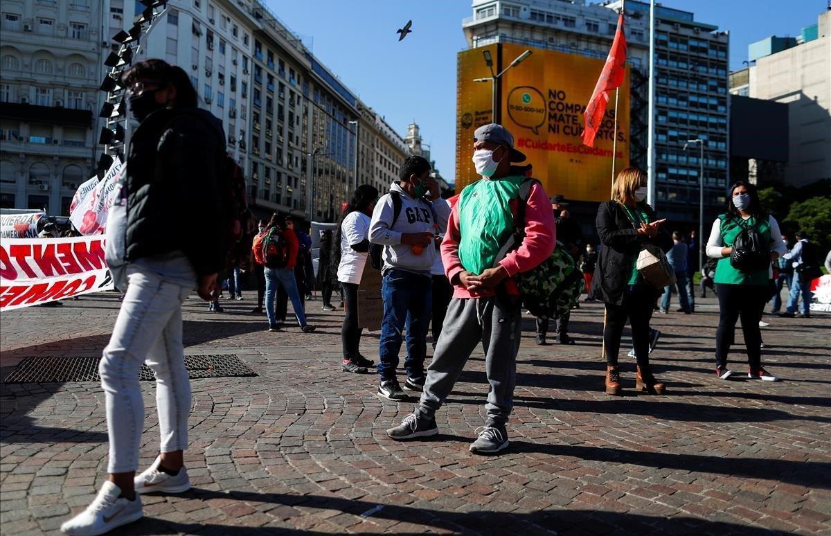 Manifestación con distanciamiento social para pedir recursos para los más vulnerables.