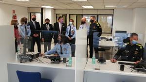 El 'conseller' Sàmper y el teniente de alcalde Batlle, en la comisaría conjunta de Mossos y Guardia Urbana en el Eixample.