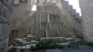 Tras la fachada de la Passió se oculta un jardín, a 25 metros de altura, que simboliza el sepulcro de Jesús.