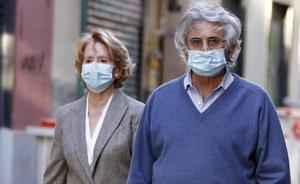 Esperanza Aguirre y su marido, Fernando Ramírez de Haro, pasean protegidos con mascarillas por la calles de Madrid.