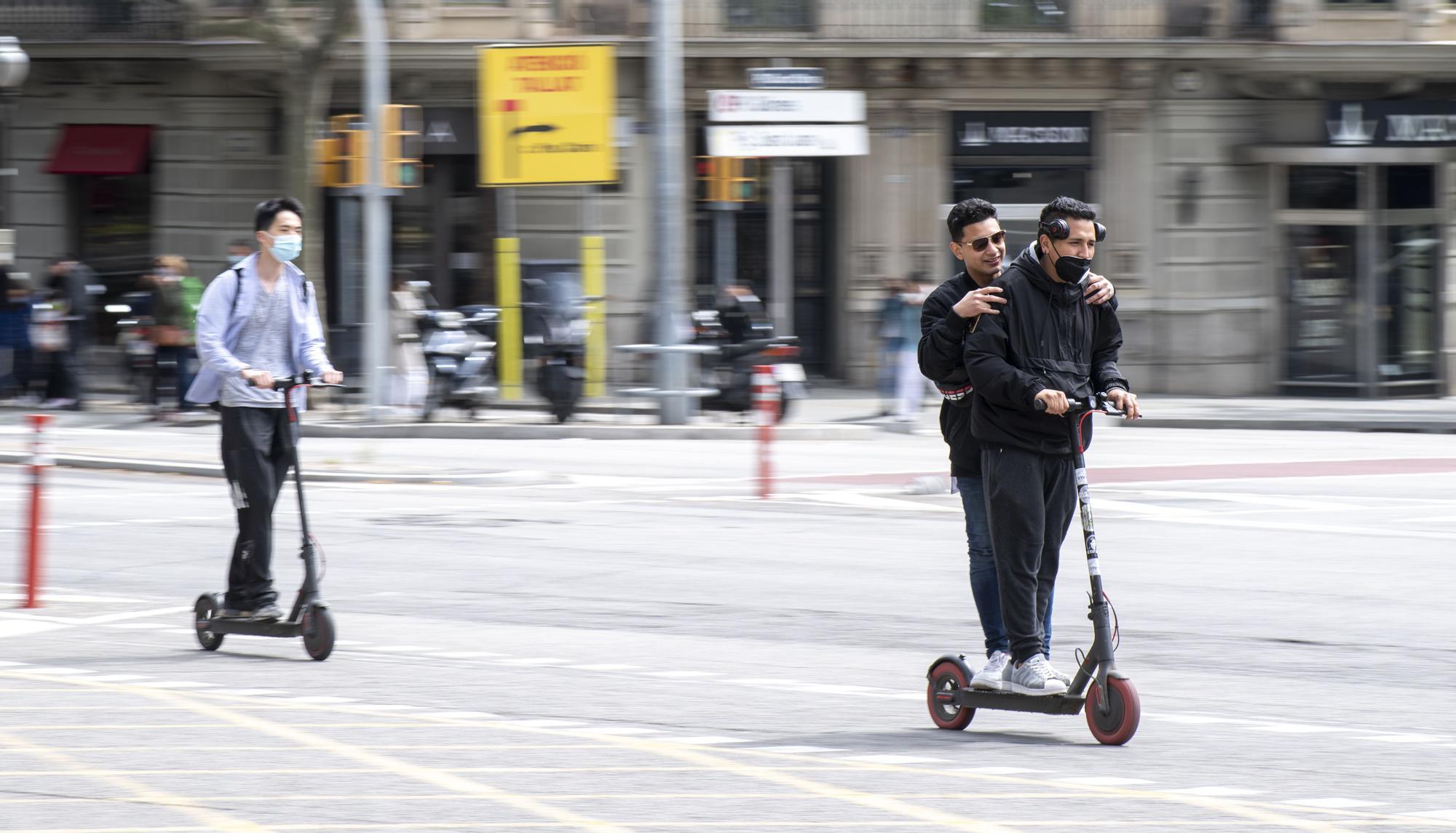 El patinete, uno más en el camarote de la selva urbana de Barcelona
