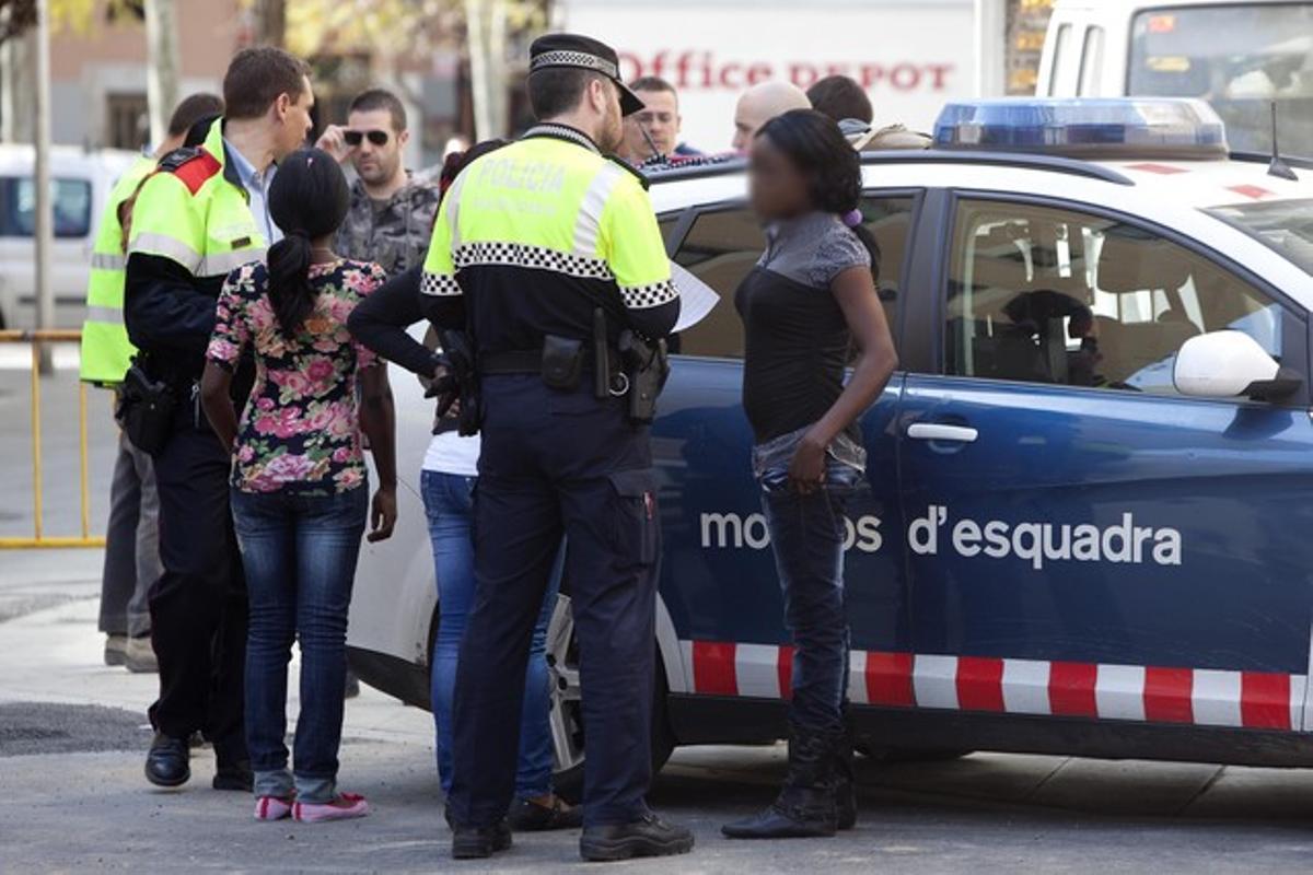 Batuda policial contra la prostitució, al Raval, el 30 de març.