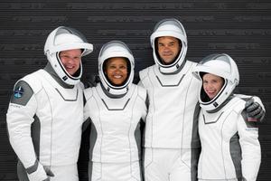 Los integrantes de la primera misión civil al espacio: de izquierda a derecha, Chris Sembroski, Sian Proctor, Jared Isaacman y Hayley Arceneaux.